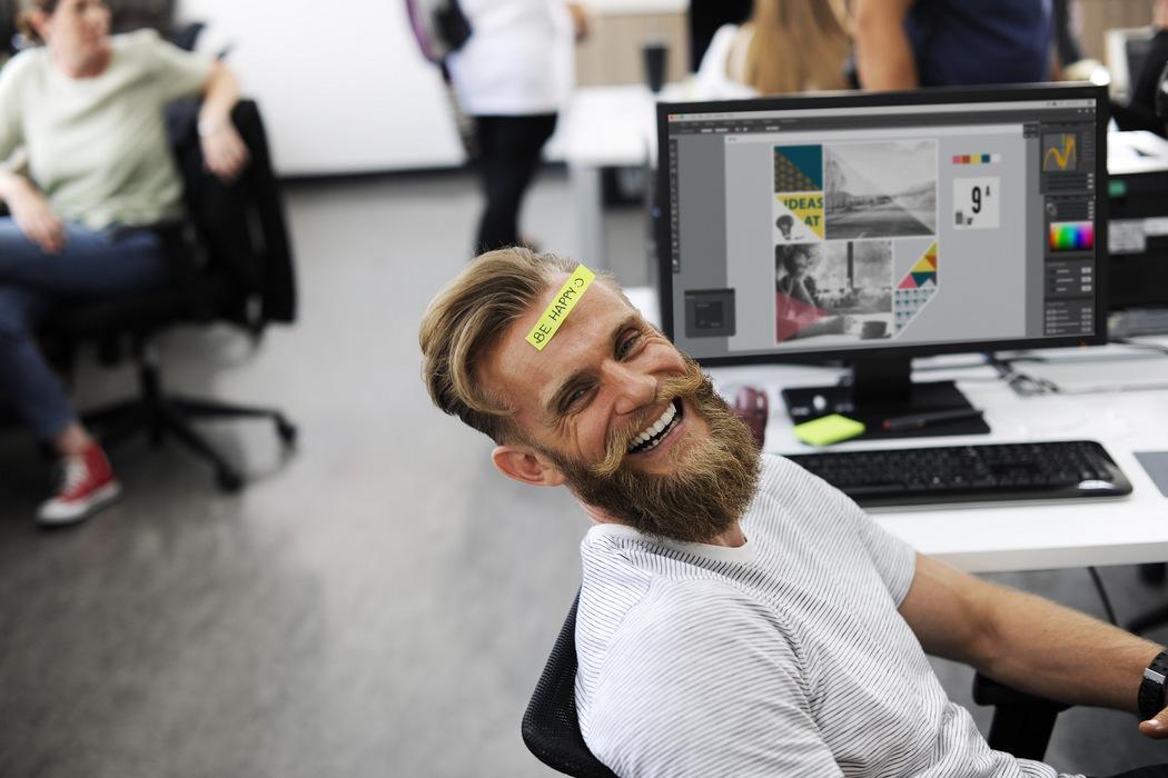 Positives Betriebsklima - Lächelnder Mitarbeiter
