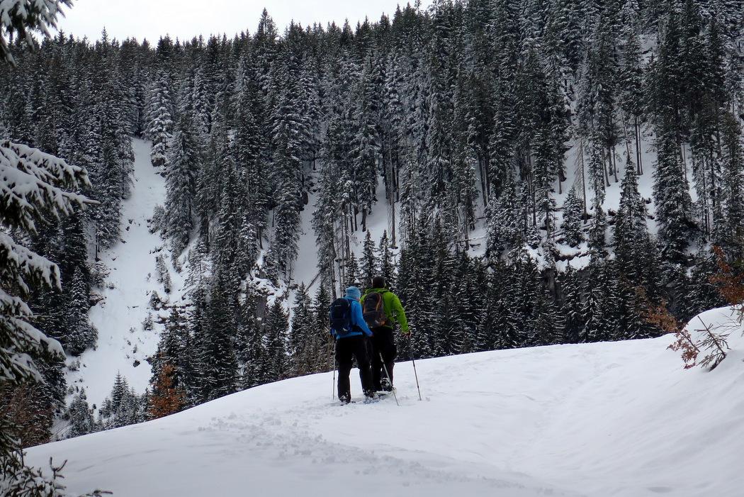 Schneeschuhwandern zu zweit im Gebirge