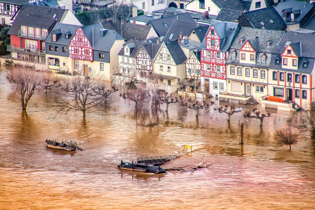 Klimanotstand Hochwasser Häuser unter Wasser