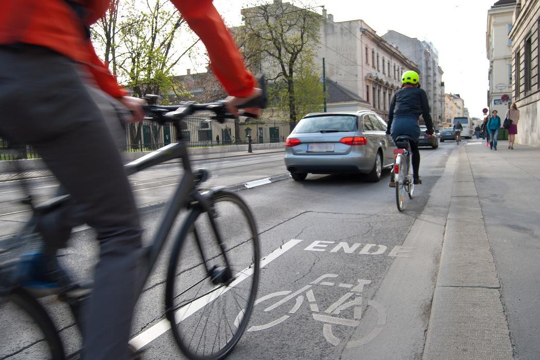 E-Bikes im Straßenverkehr im Zweifel auf die Straße ausweichen